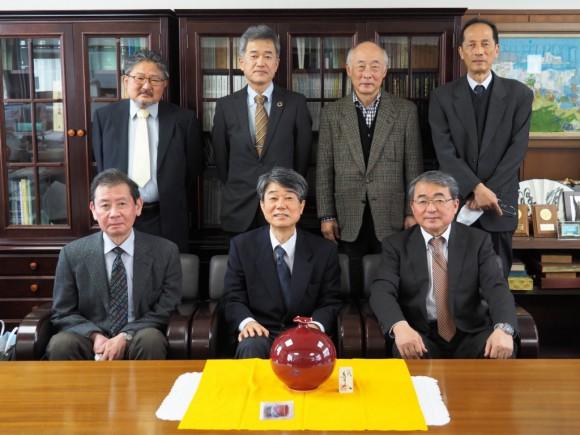 東田校長先生(中央)と中島新校長先生(向かって左) (令和3年3月29日 退官記念品贈呈式